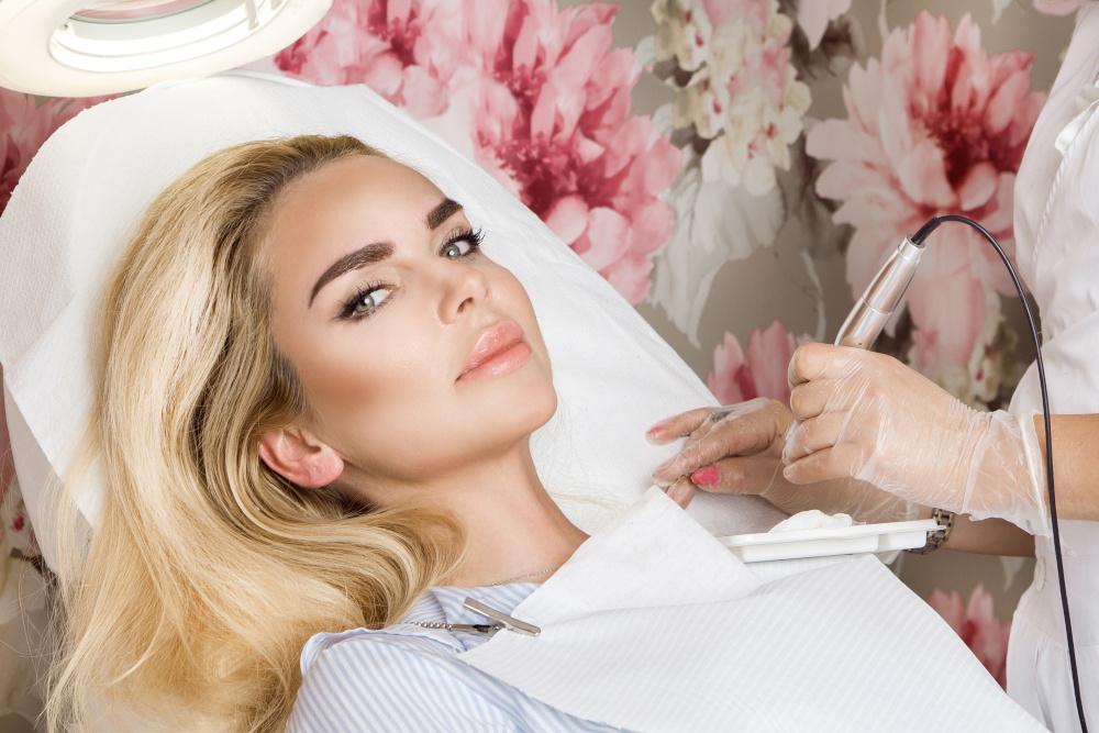 piekna kobieta ktorej kosmetyczka wykonuje makijan permanentny