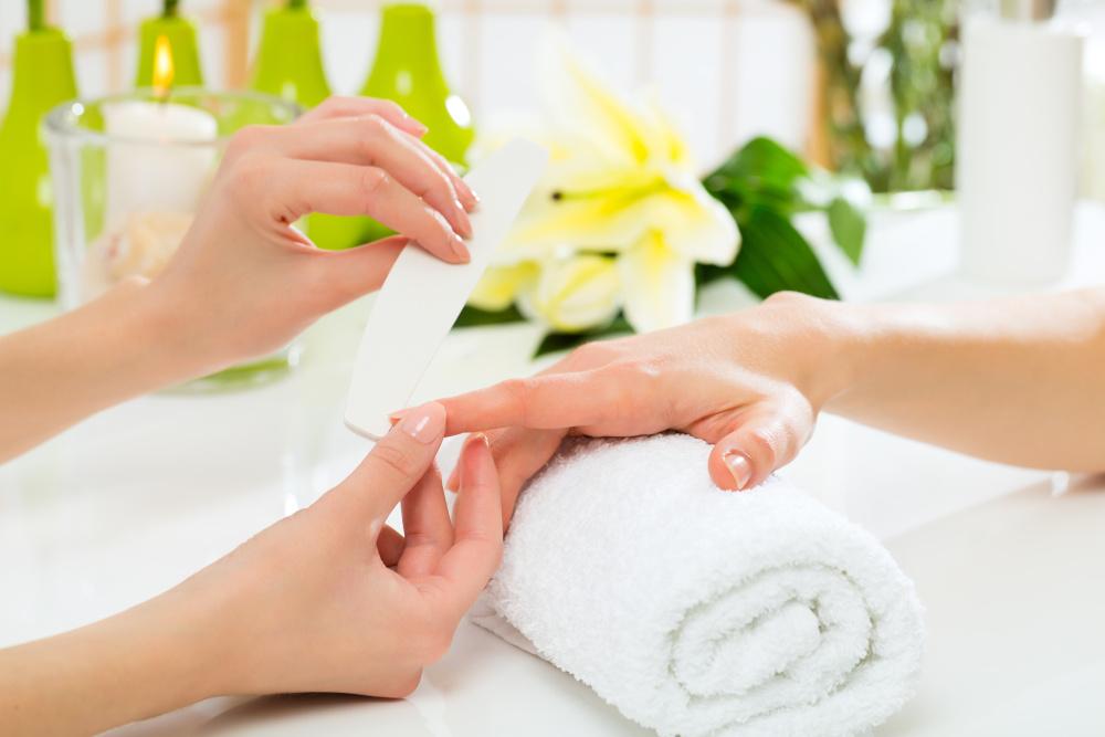 kobieta wykonujaca manicure innej kobiecie