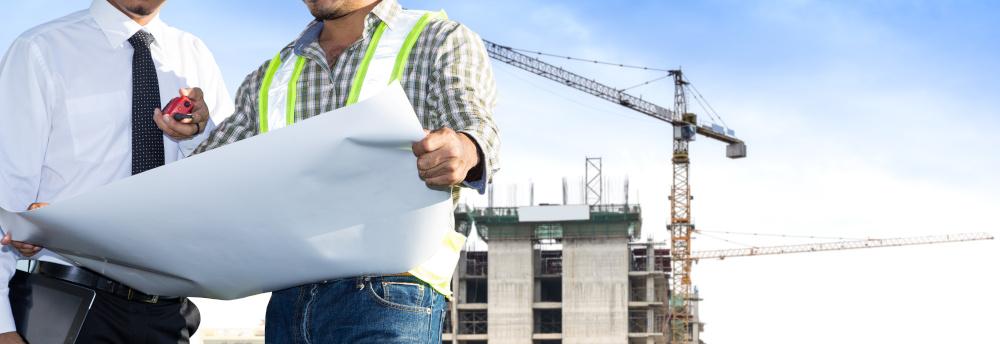 projektanci rozmawiajacy podczas budowy