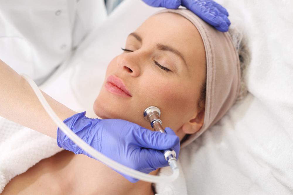 peeling tlenowy wykonywany kobiecie w zakładzie kosmetycznym