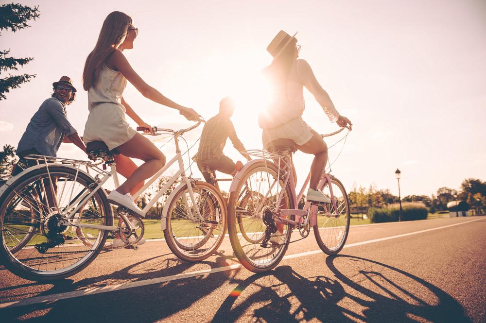 grupa przyjaciół jeżdżąca na rowerze